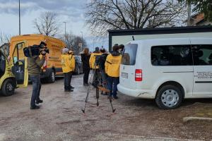 The arrival of the white van of Grantorto and the bright yellow vans of the Scientology Volunteer Ministers, loaded with equipment and supplies, was covered by local TV.