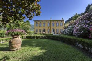 Villa Controni, built in the 16th century, is the largest and most important villa of the six. It was once a fertile estate devoted to the cultivation of rare flowers and production of extra virgin olive oil.