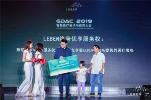 Dr. Zhu Haogang is granting the child with congenital heart disease lifelong premium service by LEBEN